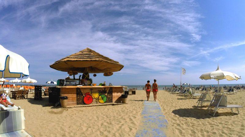 Am Strand in Rimini, um neue Freunde zu finden.