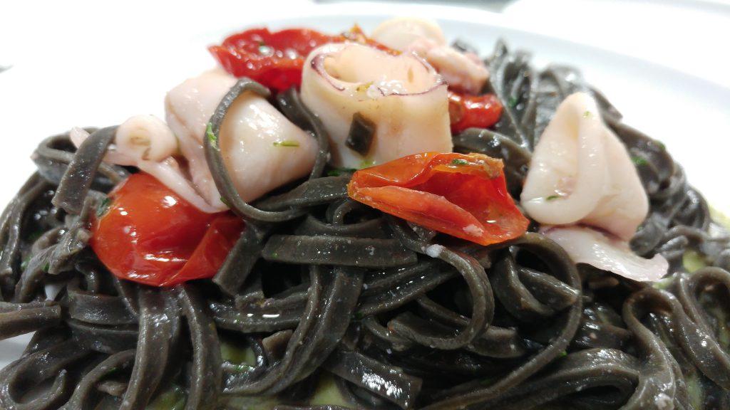 Linguine al nero di seppia con calamari e pomodorini