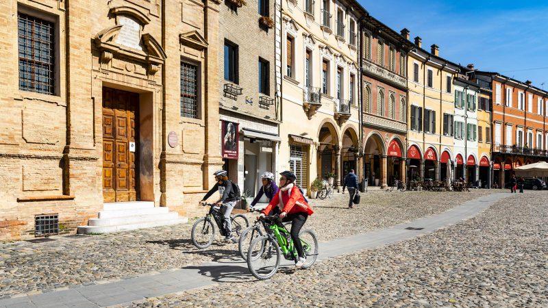 Gita in bicicletta a pedalata assistita